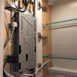 Erste Installation der neuen Tür im Schrank. Unten zu erkennen: Stromversorgung und Sensorkabel