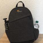 Lowepro m-Trekker BP 150 mit Joby Stativ und Wasserflasche